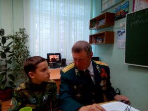 Беседа ветерана подполковника пограничной службы ФСБ России Охлучина С.Б. с воспитанником пограничного класса