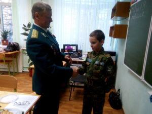 Воспитанник вручает цветы ветерану