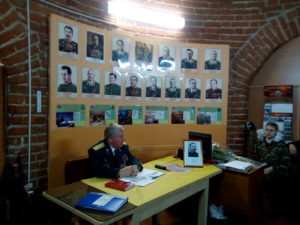 Ветеран Вавилов А.П. проводит урок, посвященный Дню героев Отечества среди постовцев Кремль. Ракутин К.И. герой войны