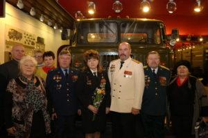 Ветераны пограничники у автомобиля ГАЗ-66