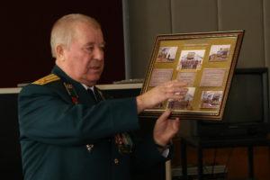 Председатель организации ветеранов пограничной службы Пограничное братство полковник Вавилов А.П. вручает фотографии