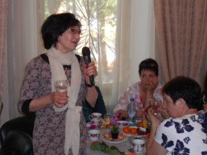 Жена офицера Чигунова Людмила Валентиновна прекрасный учитель, отдавшая многие годы школе и ученикам, поздравляет всех с праздником
