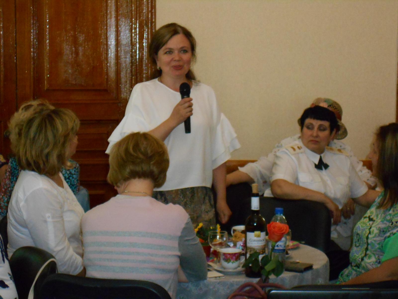 Капитан запаса Долбина Татьяна Александровна говорит о том как здорово что все сегодня собрались.Благодарит женщин старшего поколения