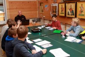 Ветеран А. Зубков проводит урок, посвященный Дню героев Отечества